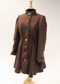 Knee-length traveling coat made of hand-woven alpaca wool fabric.